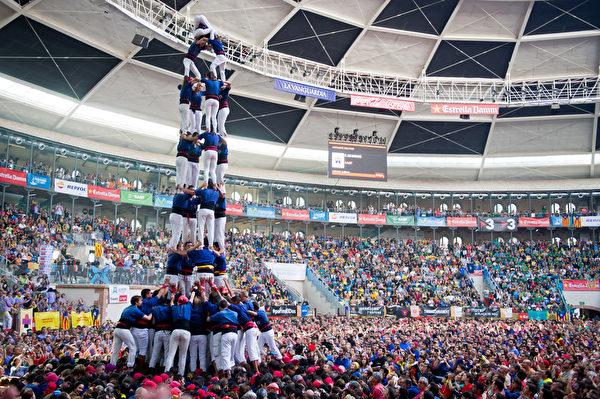 第25届塔拉戈纳叠人塔大赛,10月5日在西班牙加泰罗尼亚盛大举行。(Alex Caparros/Getty Images)