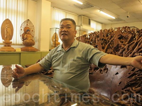 """千岱博物馆馆长柯金坤,对木雕艺术充满热情,想要成立一家""""世界奇木馆""""。(赖瑞/大纪元)"""