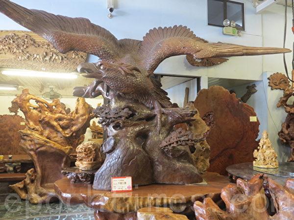 千岱博物馆里的镇店之宝巨鹰木雕,直径长达九米半,以台湾牛樟雕刻而成。(赖瑞/大纪元)