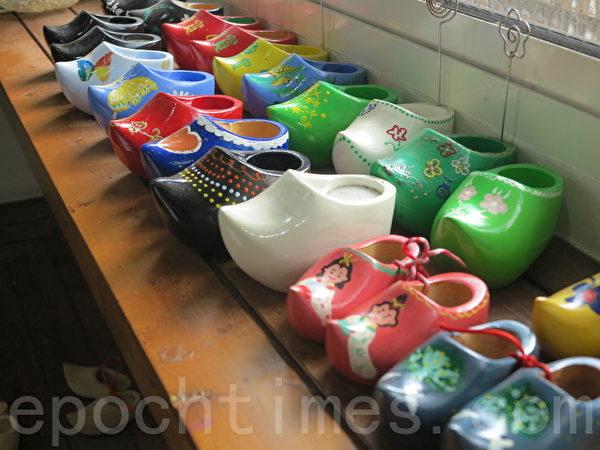 荷兰木鞋彩绘屋让游客彩绘荷兰木鞋。(赖瑞/大纪元)