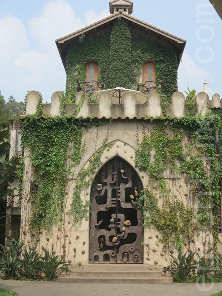 天空之城园区内的欧洲古堡造型,已成新人拍婚纱照的浪漫选地。(赖瑞/大纪元)