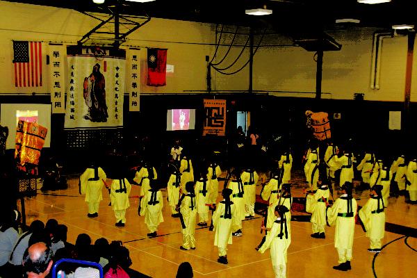 图:由三十六位学生表演六佾舞是祭孔大典的主轴。。(李欣/大纪元)