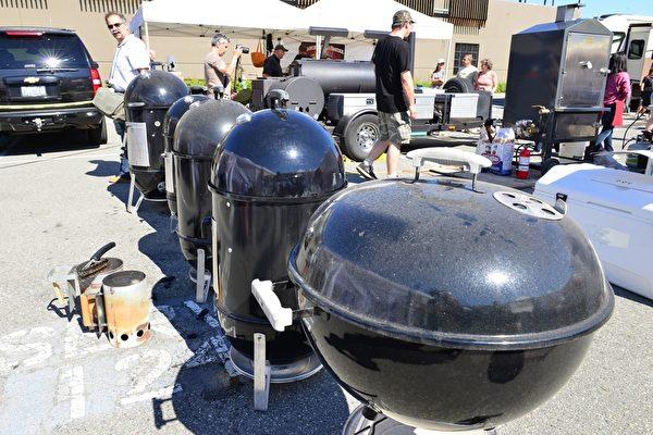 可以调节温度的小型烤炉,正在烤制鸡肉、牛腩等。 (景浩/大纪元)
