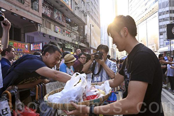 10月7日,和平抗争的香港市民仍留守铜锣湾,坚持抗争到最后一刻。(余钢/大纪元)