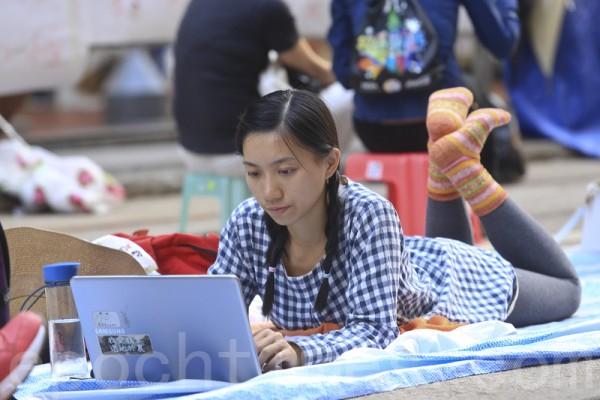 「雨傘革命」的參與者,大多數是不惜放下學業和前途的大學生。圖為10月7日,留守銅鑼灣佔領區的民眾。(余鋼/大紀元)