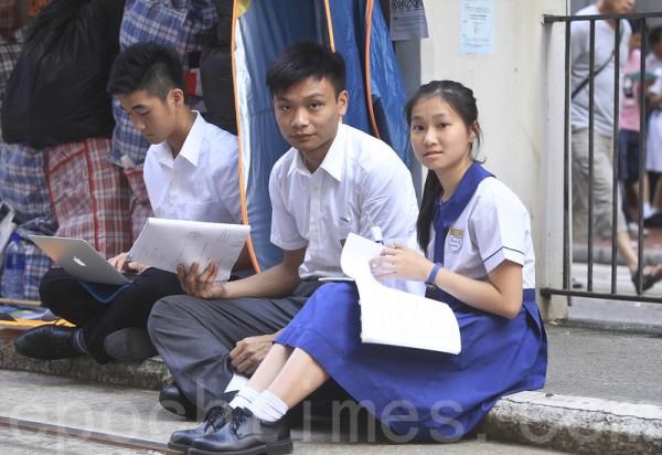 「雨傘革命」的參與者,大多數是不惜放下學業和前途的大學生。圖為10月7日,銅鑼灣佔領區,中學生放學後到現場聲援。(余鋼/大紀元)