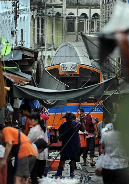 火车通过美功菜市场。(CHRISTOPHE ARCHAMBAULT/AFP/Getty Images)