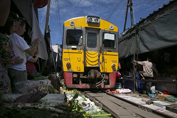 火车通过美功菜市场。(Paula Bronstein/Getty Images)