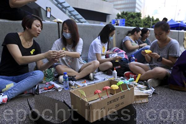 雨伞运动第十一天,市民仍留守金钟,坚持抗争。(余钢/大纪元)