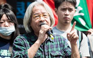 無黨籍台北市長參選人馮光遠(前)提出社會住宅的構想,主張「以租代建、老屋回春」。(陳柏州/大紀元)