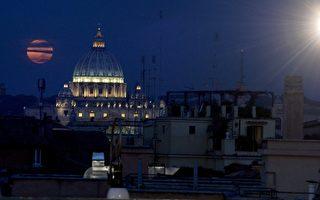 2014年10月8日,在全球部分地区的夜空都可以看见月全食及血月。图为2014年10月8日,意大利罗马出现月全食。(TIZIANA FABI/AFP/Getty Images)