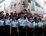 """香港""""雨伞运动""""中,警方动用武力对示威者进行打压受到国际社会的谴责,但也有不少香港警察对学生争取民主表示支持和同情。图为10月3日,在九龙区站岗的警察。(ANTHONY WALLACE/AFP)"""
