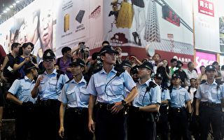 香港「雨傘運動」中,警方動用武力對示威者進行打壓受到國際社會的譴責,但也有不少香港警察對學生爭取民主表示支持和同情。圖為10月3日,在九龍區站崗的警察。(ANTHONY WALLACE/AFP)