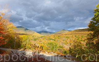 秋季的新罕布什尔州白山山脉中的水槽峡谷州立公园(宁静/大纪元)