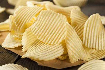美國食品暨藥物管理局(FDA)也提醒,馬鈴薯經高溫油炸、烘焙會形成有害化學物質丙烯醯胺(acrylamide),尤其在炸薯條及洋芋片中含量較高,不宜多吃。(fotolia)