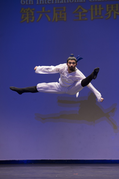 2014年10月10日,新唐人電視台主辦的第六屆「全世界中國古典舞大賽」初賽在紐約 曼哈頓翠貝卡表演藝術中心(Tribeca Performing Arts Center)進行。圖為青年男子組選手李祥諝初賽瞬間。(戴兵/大紀元)