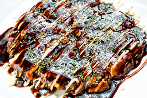 Okonomiyaki海鮮蔬菜餅。(張學慧/大紀元)