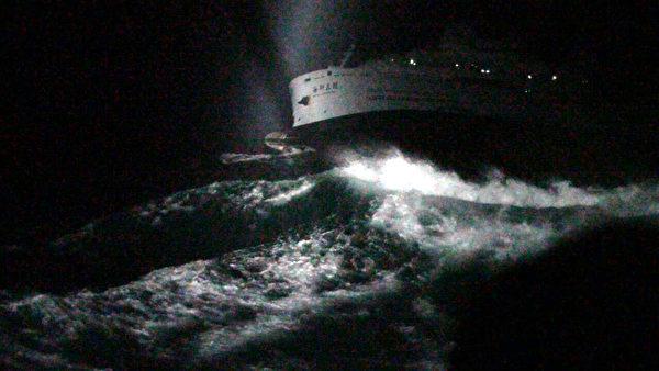 海研五號研究船10日晚間行經澎湖龍門外海觸礁沉沒, 海巡和海軍船艦救起船上45人,傷者送澎湖當地醫院, 2人到院前無生命跡象,經急救不治死亡,其餘傷者多 為挫傷和失溫。圖為海研五號沉沒時畫面 。 (海巡署提供)