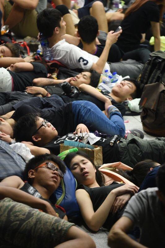 示威學生席地而睡。(大紀元)