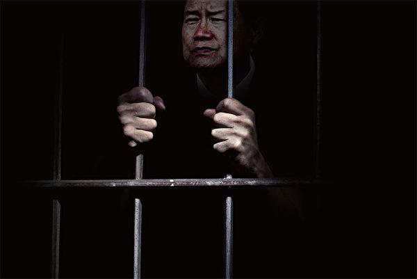 9月30日,大陸網民「華夏正見」在其微博以周永康為例稱:「長時間失蹤後露臉,只是證明當事人已經徹底失去自由,見光即死。」(大紀元合成圖)