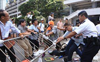 中共再襲「雨傘運動」過百人持刀暴力拆路障