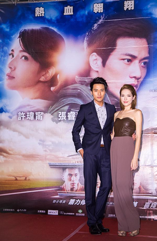 《想飞》高雄首映,男主角张睿家(左)、许玮甯。(谷得电影提供)