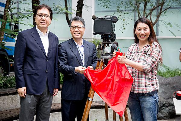 由郎祖筠(右1)執導的《把我娶回家》舉行開鏡。(緯來電影台提供)