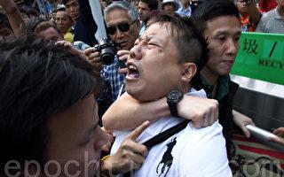 組圖:香港警察用警棍和勒脖子拘捕雨傘運動人士