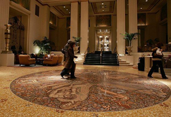 紐約歷史地標華爾道夫飯店(Waldorf Astoria)被中國安邦保險集團收購後,鑑於這裡是美國政要出入頻繁之所,美國政府高度關注隨之而來的潛在安全顧慮,目前正對這筆交易做更仔細審視,或許使交易出現變數。圖:該酒店大堂(Spencer Platt/Getty Images)