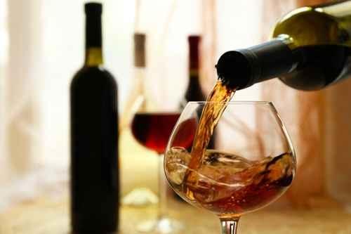 对许多投资人而言,红酒不仅是生活品味,还是珍藏生财的标的物。一份研究发现,从1900-2012年间红酒的年度实质回报率达4.1%,远胜于政府公债、艺术品以及邮票。(Fotolia)