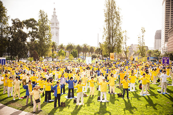 組圖:舊金山公園朝陽下的法輪功學員煉功場面