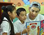 楊祐寧的資助童教他讀西班牙文。(台灣世界展望會提供)