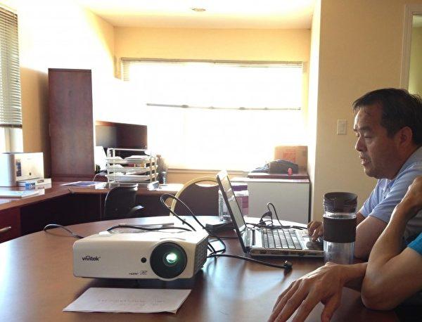 Jason在为客户讲购房程序((向海/大纪元)