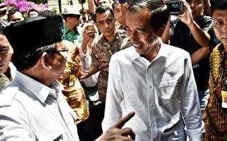 10月17日,印尼总统大选中落选的普拉伯沃(Pradowo Subianto,左)表示,他的党将支持总统当选人佐科威(Joko Widodo,右)。(BAY ISMOYO/AFP)