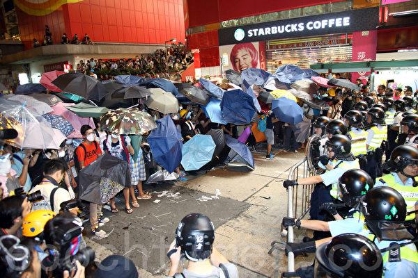 """9,000名香港民众和学生不满警方强行清场,10月17日晚上聚集在旺角""""<a href="""