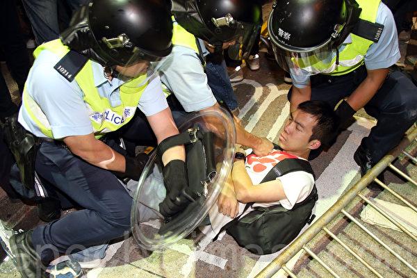 """9,000名香港民众和学生不满警方强行清场,10月17日晚上聚集在旺角""""雨伞运动""""集会区,与警方发生多次推撞。警察用拳头和警棍制服示威者。(潘在殊/大纪元)"""
