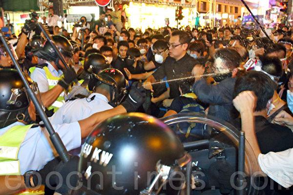 """10月17日,警察直接向旺角""""雨伞运动""""示威者的脸部喷射胡椒喷雾。(潘在殊/大纪元)"""