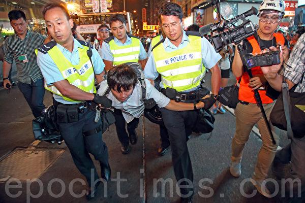 """9,000名香港民众和学生不满警方强行清场,10月17日晚上聚集在旺角""""雨伞运动""""集会区,与警方发生多次推撞。警察拘捕了26名人士。(潘在殊/大纪元)"""