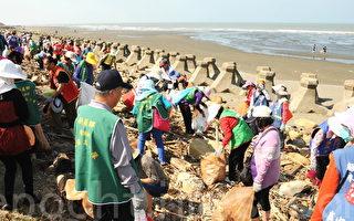 民众净滩捡拾垃圾,仍不忘资源分类,将塑胶、铁铝罐等与一般垃圾分开后,再交由新屋乡清洁队清运。 (徐乃义/大纪元)