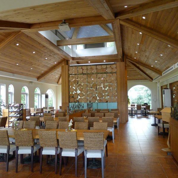 山景湖水岸餐廳,室內的漂流木拼裝設計。(圖:東北西南提供)
