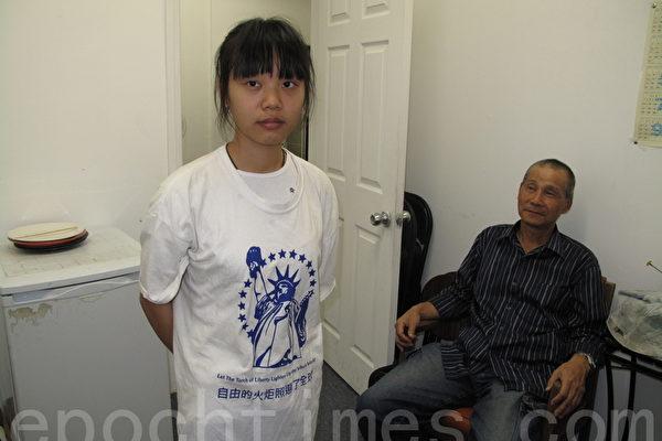 圖:9歲和父親進京上訪,在天安門被捕、被逼做假證詞的柏子蘭。右為姑父華神清。(劉菲/大紀元)
