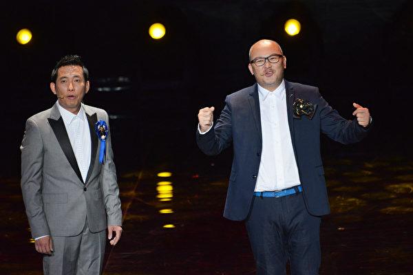 艺人刘亮佐(右)和屈中恒一搭一唱,结合相声与舞台剧。(中视提供)