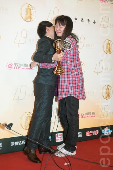 黄子佼与追随他26年的粉丝一同分享得奖荣耀。(王仁骏/大纪元)