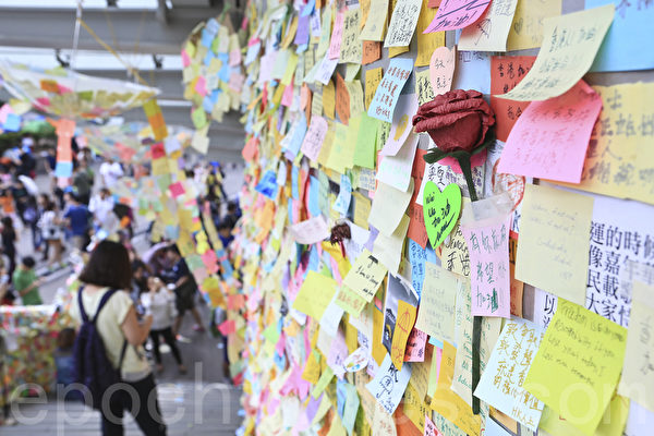 雨伞运动第22日,在金钟的占领现场的连浓墙市民纷纷留下心声,玫瑰花显得特别抢眼。(余钢/大纪元)