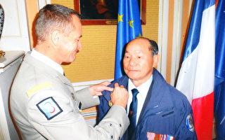 中将Patrick Ribayrol为郑国华先生颁发金质奖章。(郑国华老先生提供)