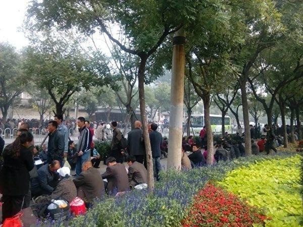 """10月20日,在北京""""三办""""(即中共国家信访局、中共人大、中纪委信访接待站)外有上万访民上访。(访民提供)"""
