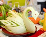 用甜瓜雕刻的天鹅。(李欧/大纪元)