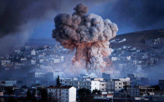 2014年10月20日,在土耳其邊境的桑尼烏法省遠觀科巴尼市中心,IS極端分子以汽車炸彈攻擊庫爾德民兵基地,爆炸引發了濃濃黑煙。(Gokhan Sahin/Getty Images)