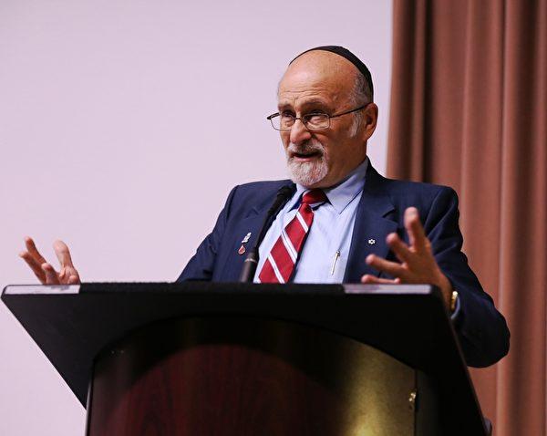 """论坛由渥太华著名犹太学者Rabbi Dr. Reuven Bulka主持。他说:""""(活摘器官)是迫在眉睫的问题,在我们演讲时,就有人死去。""""他表示应该在公开场合曝光中共的罪恶,他建议在中共使馆前大规模集会,向公众发出信息,向人们曝光中共是什么样的(政党)。(梁耀/大纪元)"""