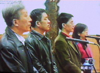 1999年12月26日,原法輪大法研究會成員李昌(左一)、王治文(左二)等四人在北京第一中級法院。(法新社圖片)
